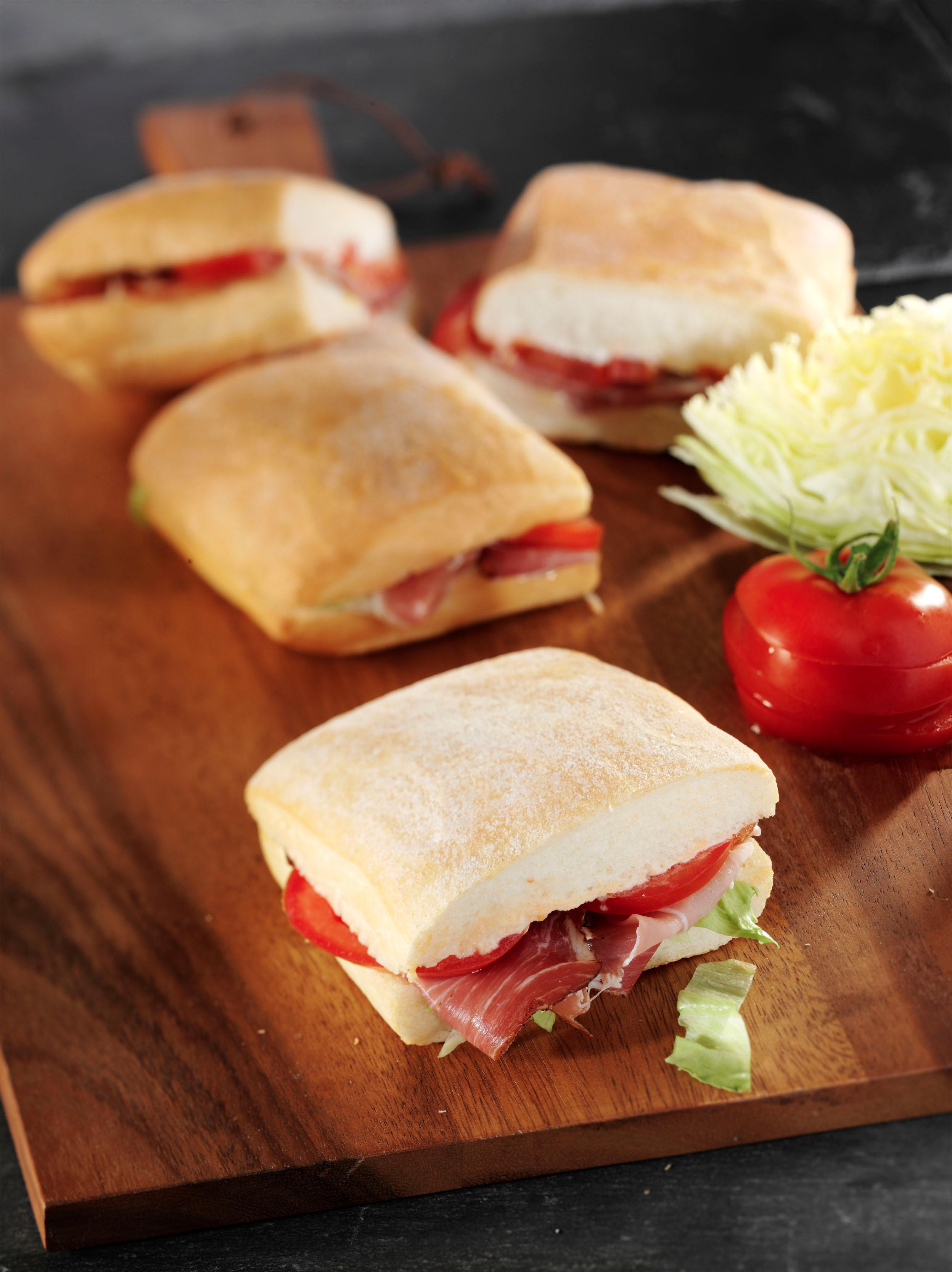 <h5>BLT Sandwich mit Schinken, Salat und Tomate</h5>