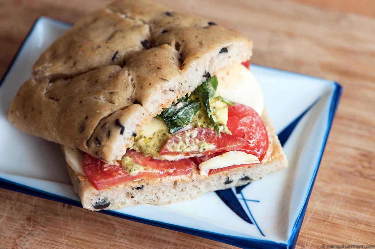 <h5>Oliven-Focaccia mit Tomaten, Mozzarella und Basilikum</h5>