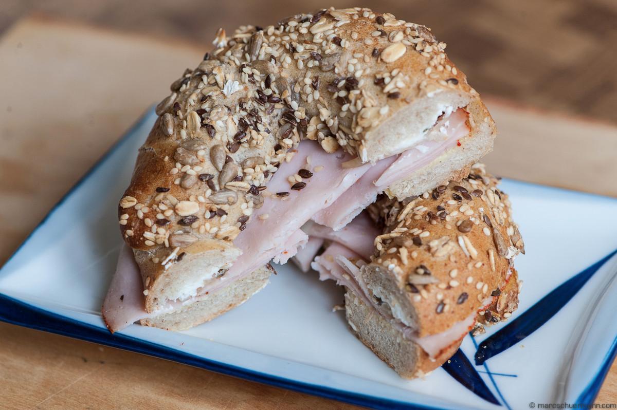 <h5>Frischer Bagel getoppt mit diversen Samen gefüllt mit Turkey und Cream Cheese</h5>