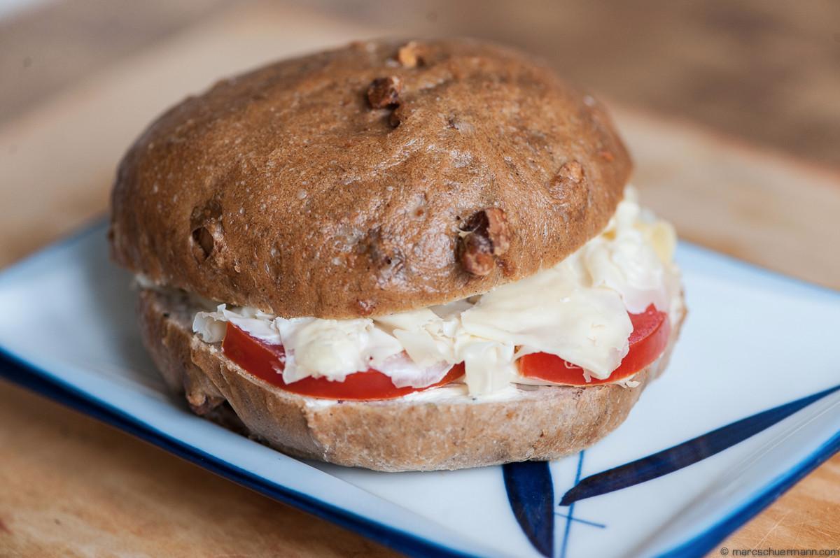 <h5>Nussbrot mit Brie und Tomate – NEU können wir Käse oder Fleisch auch Shaven (sehr dünn schneiden)</h5>