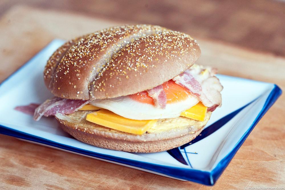 <h5>Burger Bun mit Spiegelei, Speck und Käse</h5>